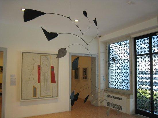 Colección Peggy Guggenheim: Arc of Petals by Alexander Calder