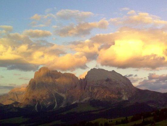 Alpenhotel Panorama: Il sole si riposa sul Sassolungo e sul Sassopiatto