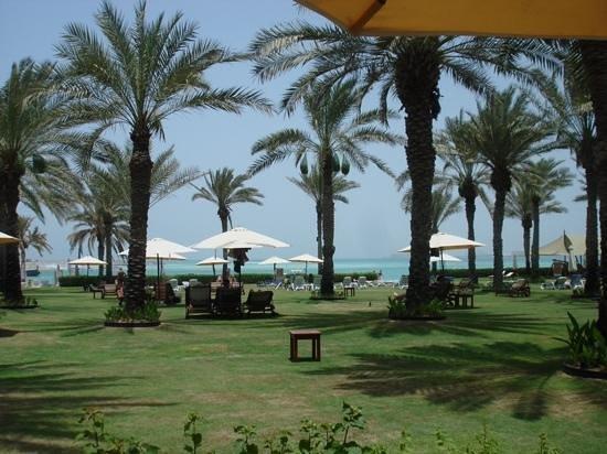 Sheraton Jumeirah Beach Resort: jardim em frente à praia