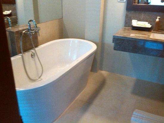 Twin Lotus Resort & Spa by Burasari: Baño con una bañadera gigante y ducha aparte