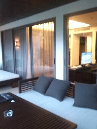Twin Lotus Resort & Spa by Burasari: la terraza con una cama y un sofa