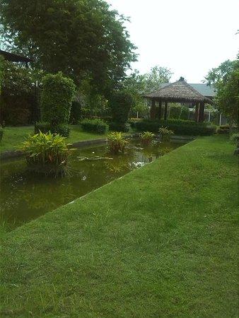 Twin Lotus Resort & Spa by Burasari: Camino a la recepción