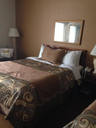 Monte Carlo Inn - Brampton Suites: Twin double room bedroom