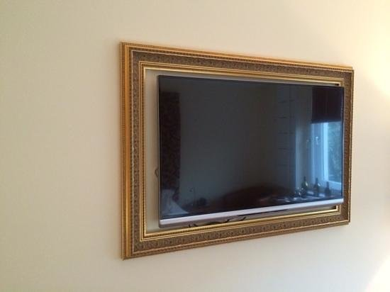 Hotel Das Weitzer: Flat screen TV in an antique picture frame.