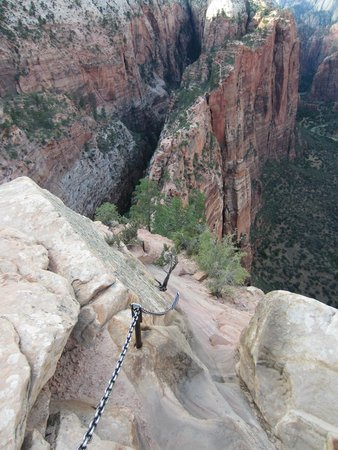 Angel's Landing: Chains to hold on to while you climb