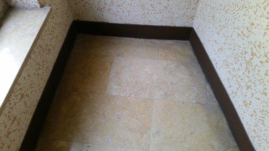 Hotel Paco: L' accurata pulizia dei corridoi.