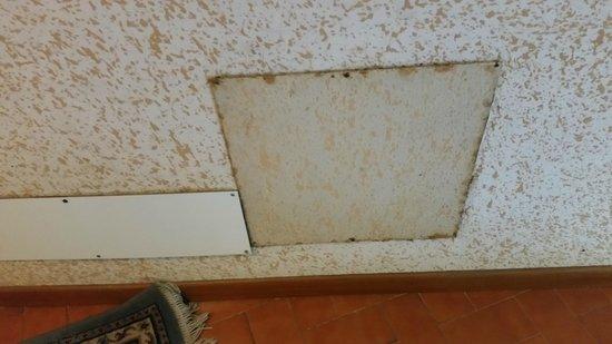 Hotel Paco: Placche sporche e arruginite nei corridoi.