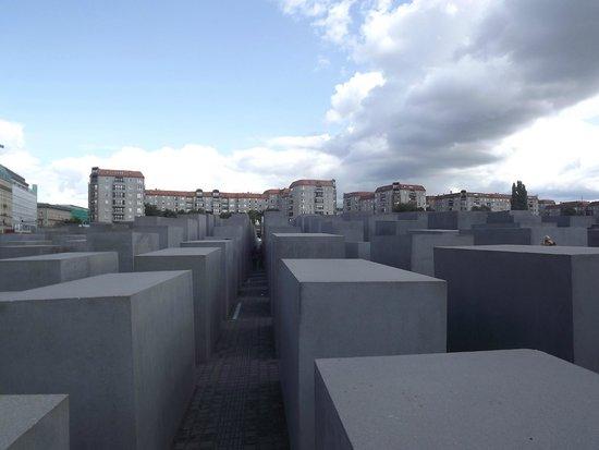 Holocaust-Mahnmal (Denkmal für die ermordeten Juden Europas): Berlin over the top of the memorial