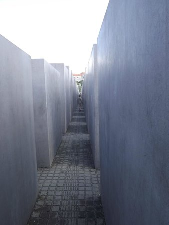 Holocaust-Mahnmal (Denkmal für die ermordeten Juden Europas): View down one aisle.