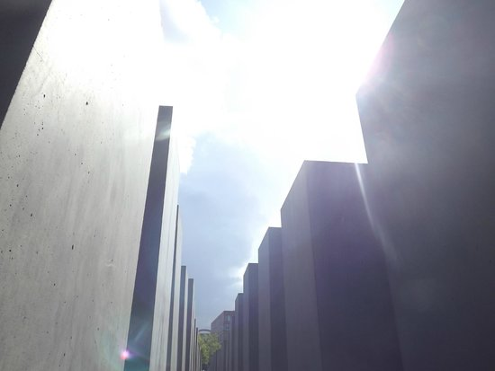 Holocaust-Mahnmal (Denkmal für die ermordeten Juden Europas): Perfect day for it.