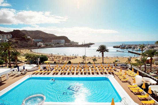 El Greco Apartments : Udsigten over pool og strand