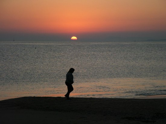 Enjoy Punta Del Este: Sunset from the beach which is across the road from the front of the hotel