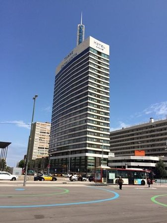 Gran Hotel Torre Catalunya: hotel from outside railway station