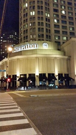 Sheraton Grand Chicago: Nighttime view from outside