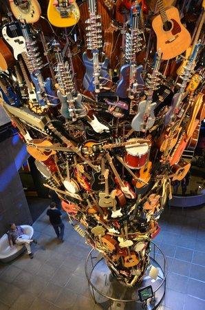 EMP Museum : Scuplture composée de guitares