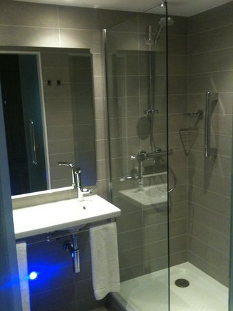 Holiday Inn London - West: Shower