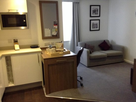 Staybridge Suites Birmingham: Lounge and kitchen