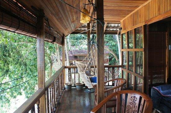 Qimi Chalet : terrasse avec fauteuil suspendu