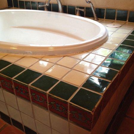 The Maverick Inn: Nice tiles in the bathroom of room 52