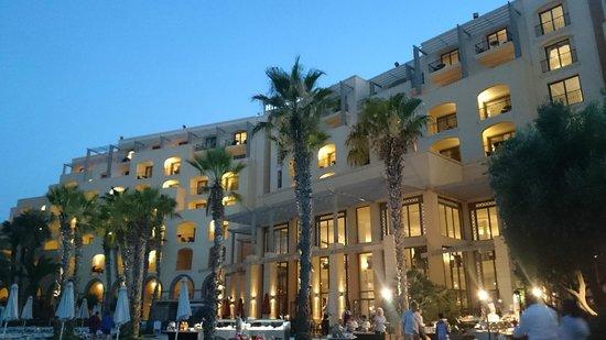 Hilton Malta : The outdoor buffet restaurant