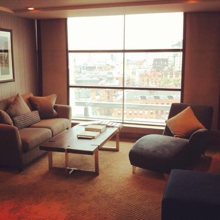 Radisson Blu Edwardian Manchester: Dylan suite lounge area