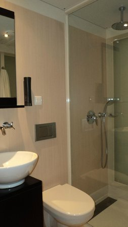 Qbic Hotel Amsterdam WTC: banheiro
