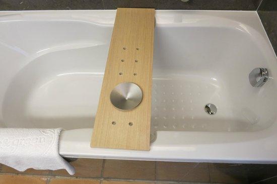 Blue & Green The Lake Spa Resort : Plank on the bathtub