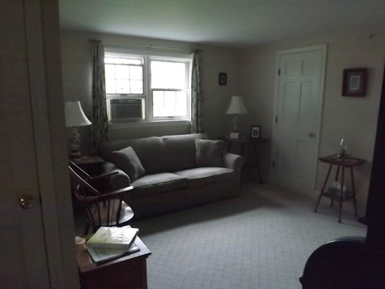Bethel Hill Bed and Breakfast: Dogwood Suite Salon