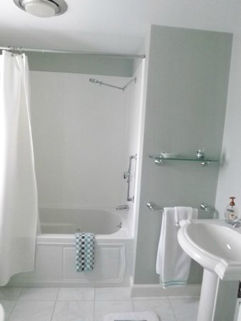 Bethel Hill Bed and Breakfast: Dogwood Suite Bathroom