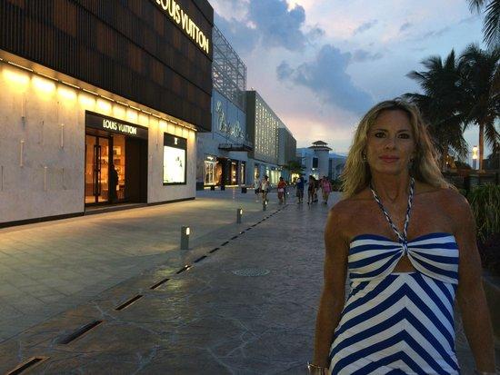 La Isla Shopping Village : LA ISLA