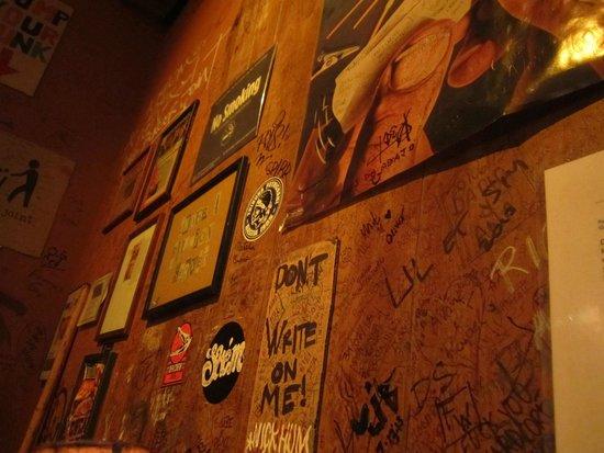 Burger Joint at Le Parker Meridien Hotel : déco mur latéral