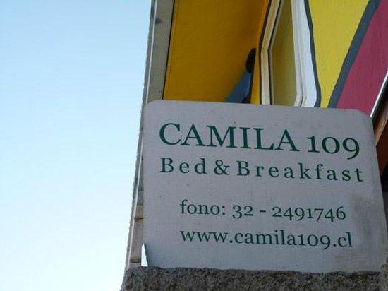 Camila 109 Bed & Breakfast: Placa de entrada do hostel