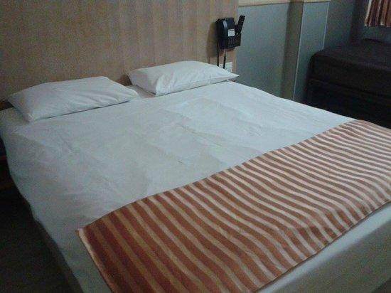 Premier by Eurotraveller Hotel, Harrow: Bed