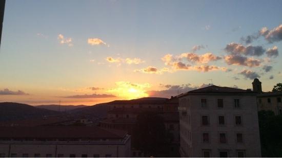 Sangallo Palace Hotel: tramonto su Perugia dalla finstra della camera