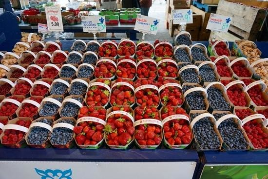 Marché Jean-Talon (Jean-Talon Market) : berries a plenty