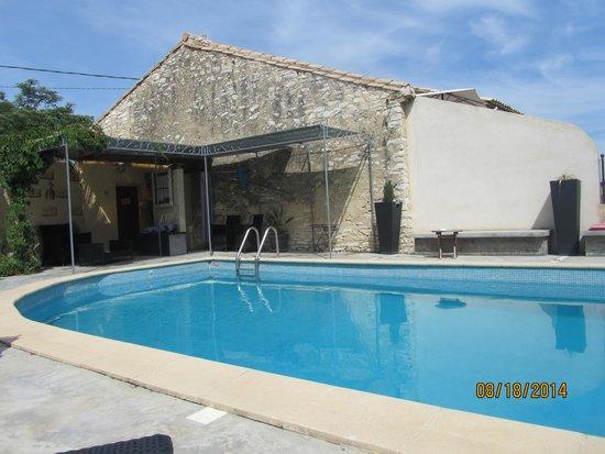 Auberge de Tavel : Pool area