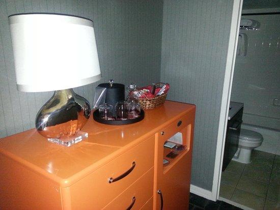 Kimpton Rouge Hotel: Small room between lobby & bathroom