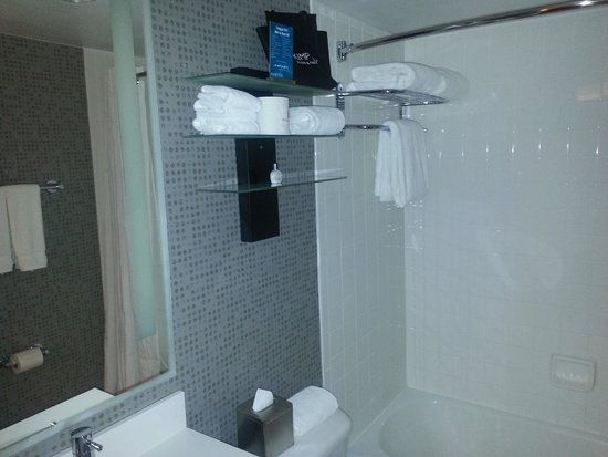 Kimpton Rouge Hotel: Shower is small