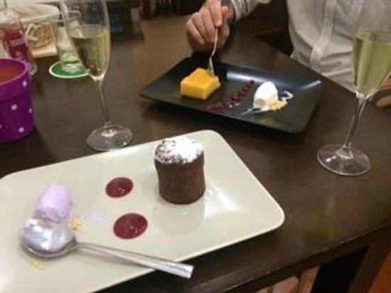 Origen Taberna : Coulant de chocolate con helado de violetas y Tocinillo de cielo, fresas y yogur.Cava Parés Balt