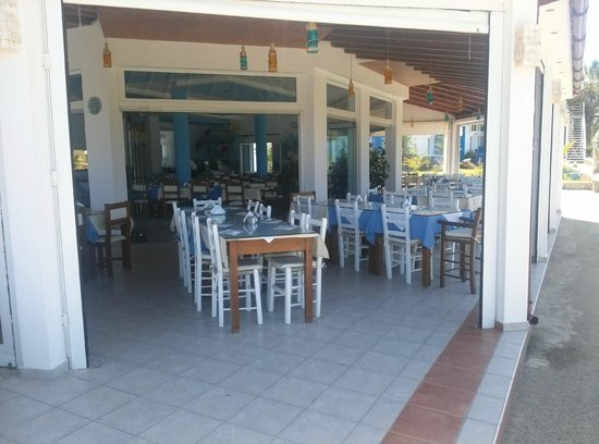 Hotel Mari Beach: Столовая