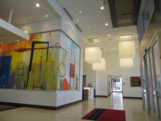Hampton Inn & Suites Denver Downtown-Convention Center : nice artwork in lobby