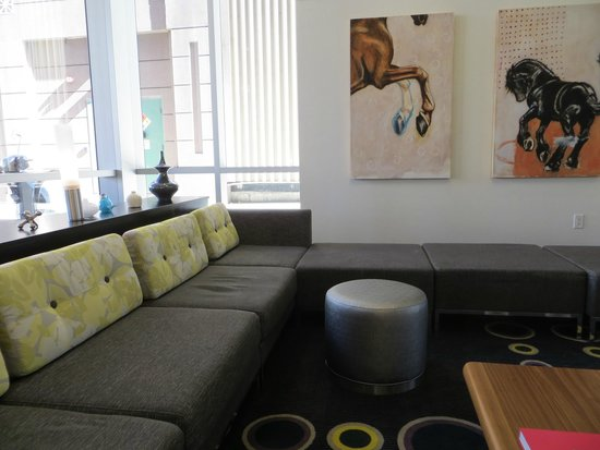 Hampton Inn & Suites Denver Downtown-Convention Center : comfy lounge sofas in lobby