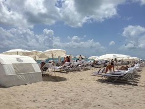 The St. Regis Bal Harbour Resort: The beach by 11:00am. A madhouse!