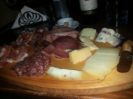 Enoteca Wine Bar I Sapori Del Sole : tagliere salumi e formaggi..una delizia!