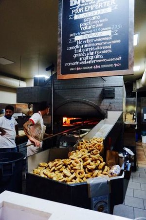 St-Viateur Bagel & Cafe : bagels in production right behind the counter