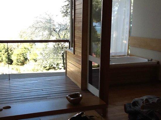 Design Suites Bariloche: Balcón y Jacuzzi