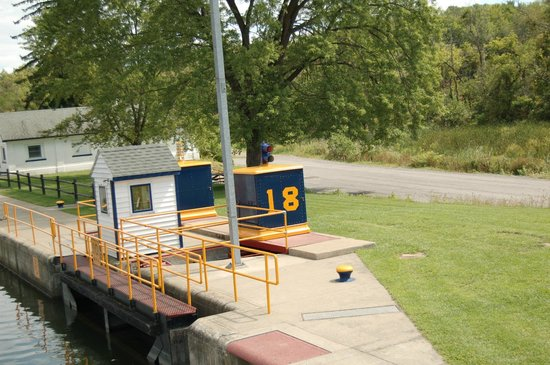 Erie Canal Cruises: Entering Lock 18