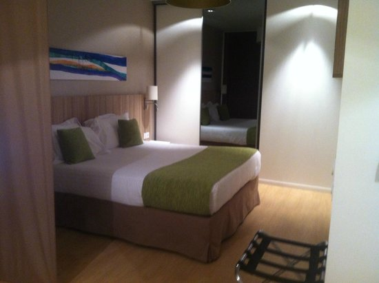 Quality Suites Lyon 7 Lodge: Very comfortable bed, decent closet space, room safe, TV on the wall