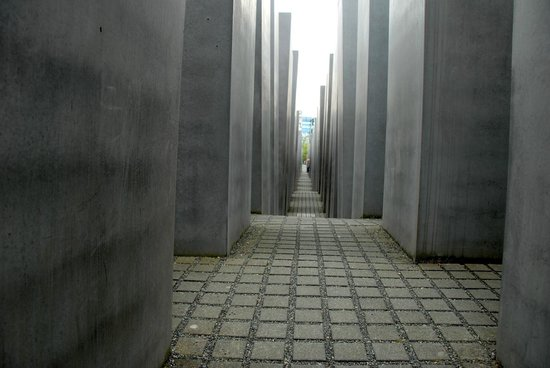 Holocaust-Mahnmal (Denkmal für die ermordeten Juden Europas): Sloping path through the slabs