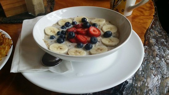 Owl St Cafe: Amazing oatmeal with fresh berries and bananas.  Order this for sure!